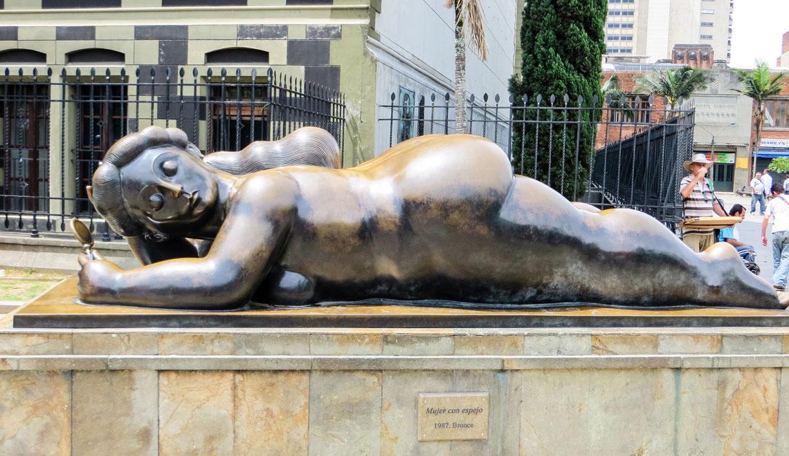colombia-medellin-plaza-botero-sculpture